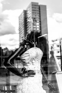Schwarzer Arm auf weißem Kleid
