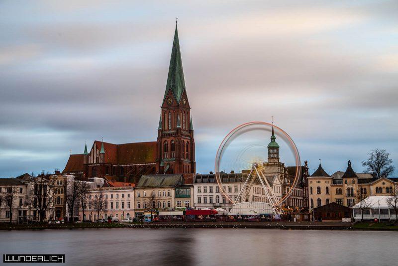 Der Schweriner Dom und der Weihnachtsmarkt
